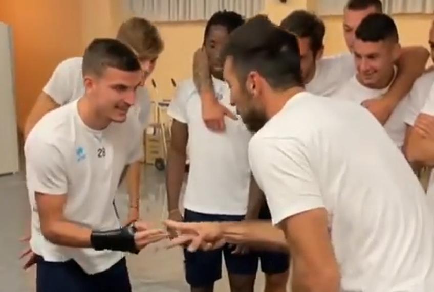 Valentin Mihăilă (21 de ani, extremă stânga) are parte și de momente de relaxare la Parma, grupare din Serie B. Românul se întreține în vestiar inclusiv cu legenda Gianluigi Buffon (43).