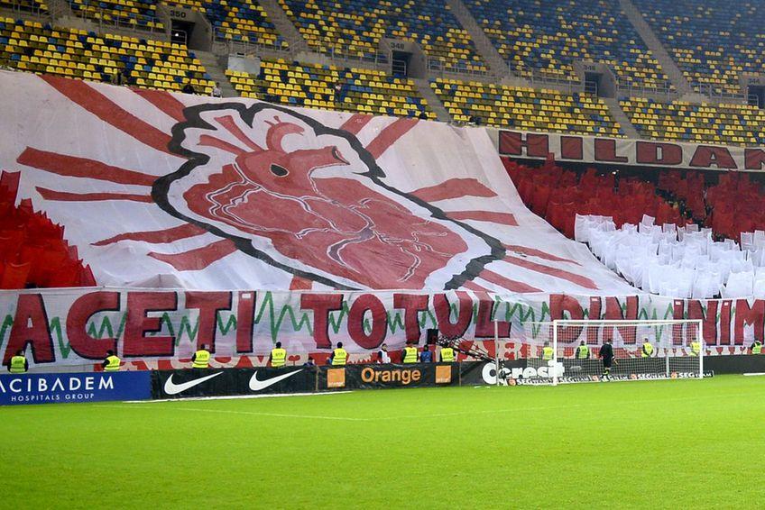 Suporterii încearcă să o salveze pe Dinamo. FOTO: Arhivă Gazeta Sporturilor