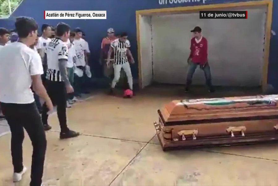 Uciderea unui fotbalist într-un raid al poliției a declanșat proteste în Mexic la fel ca în SUA » Imagini tulburătoare