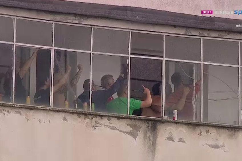 Câțiva localnici din Sfântu Gheorghe au urmărit meciul de pe un balcon. Captură Digi Sport