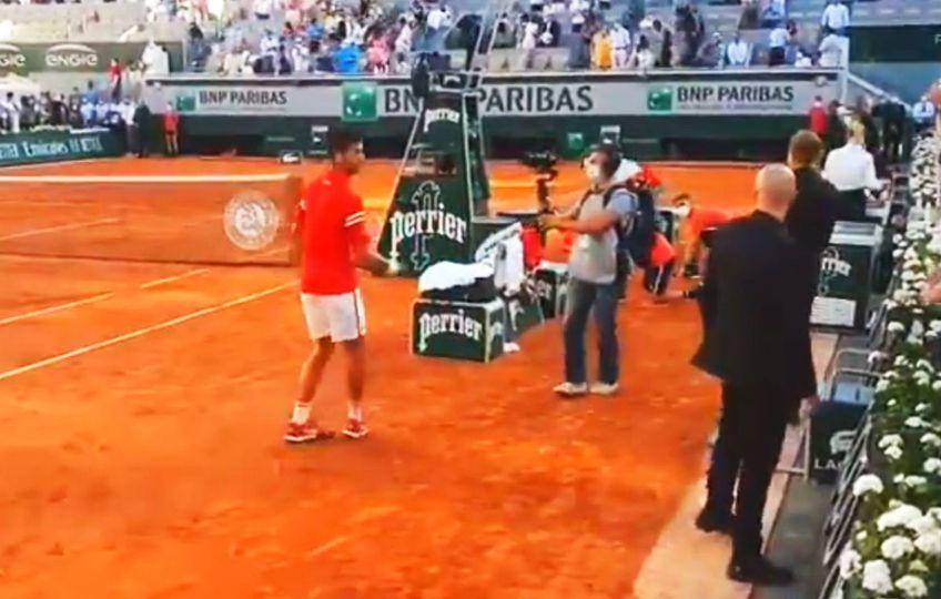 Novak Djokovic (34 de ani, 1 ATP) i-a oferit racheta unui copil aflat în tribunele arenei Philippe Chatrier.