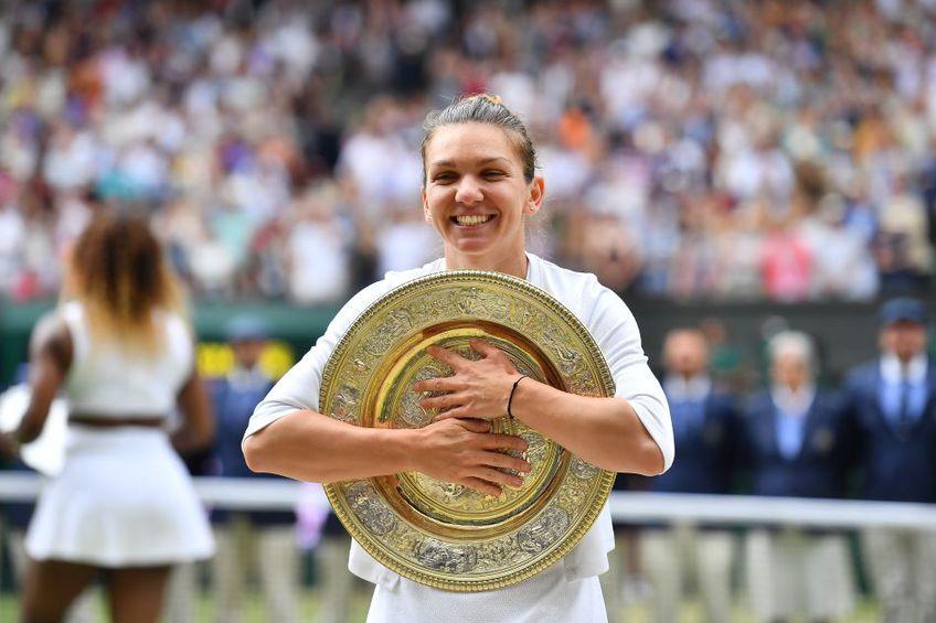 Simona Halep îmbrățișând fericită trofeul de la Wimbledon Foto Raed Krishan