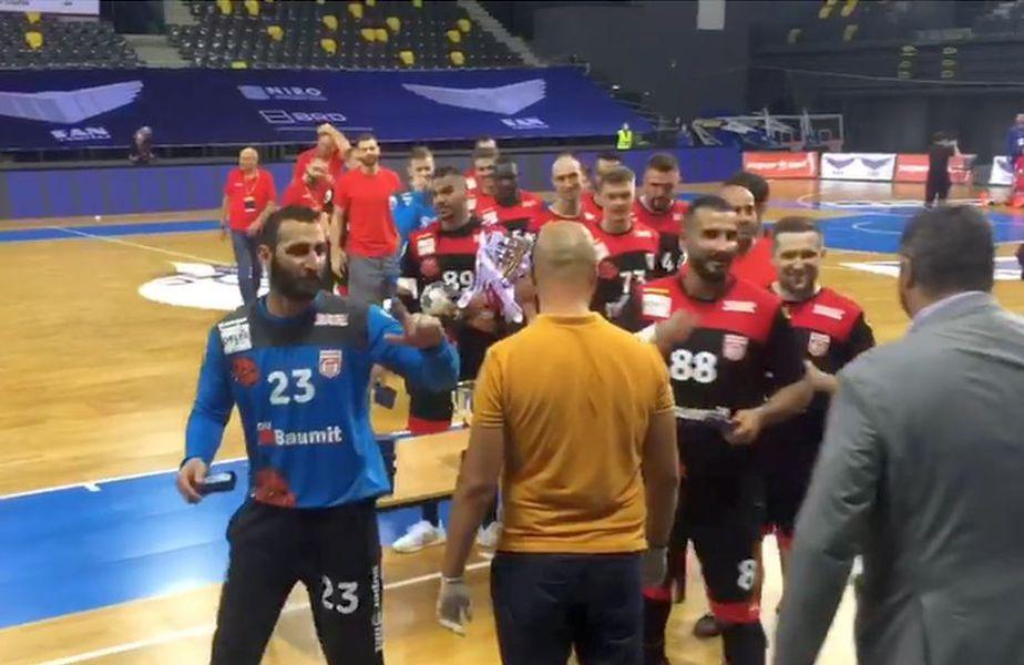 Sajed Heidarirad (stânga, albastru), în dialogul cu Alexandru Dedu (dreapta, costum gri) // foto: captură Facebook @ Dinamo