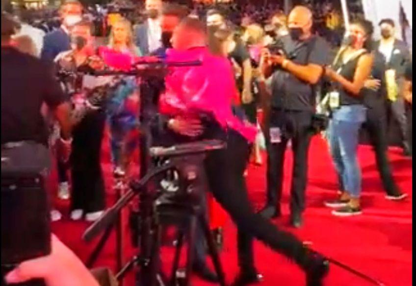 Luptătorul Conor McGregor (33 de ani) și raperul Machine Gun Kelly (31 de ani) au fost la un pas de bătaie, chiar pe covorul roșu de la MTV Video Music Awards, gală organizată duminică, în Brooklyn.