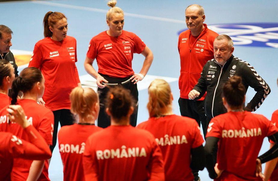 Selecționerul Bogdan Burcea discută cu jucătoarele în cantonamentul de la Rm. Vâlcea FOTO ImagePlus