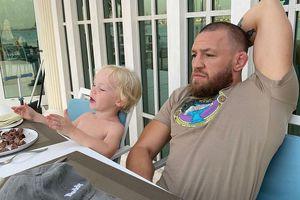 """Conor McGregor, scene ireale cu fiul său de 3 ani: """"Te-a lovit în spate, nu? Lovește-l în gură! Noi suntem regi"""""""