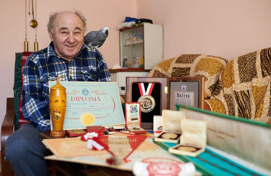 Leon Rotman, papagalul Coco și o parte dintre diplomele și medaliile cucerite FOTO Raed Krishan
