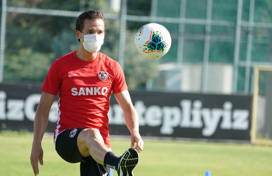 Gaziantep a reluat pregătirea miercuri, fără Marius Șumudică, antrenorul său, și fără patru jucători, printre care și Alex Maxim. Toți sunt în carantină