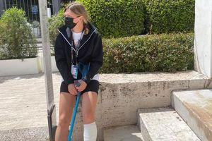 """Imaginea durerii. Simona Halep merge ajutându-se de o cârjă după accidentarea de la Roma + Diagnosticul oficial: """"Astăzi voi zbura către casă"""""""