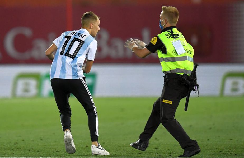 Un admirator al lui Messi a intrat pe teren în meciul Mallorca - Barcelona // foto: Guliver/gettyimages
