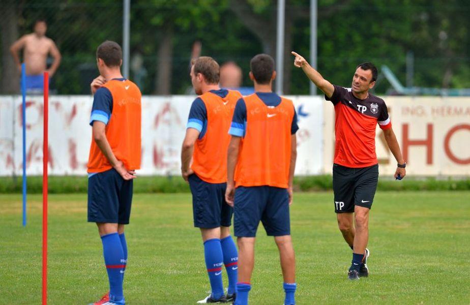 Toni Petrea (stânga) este noul antrenor principal de la FCSB