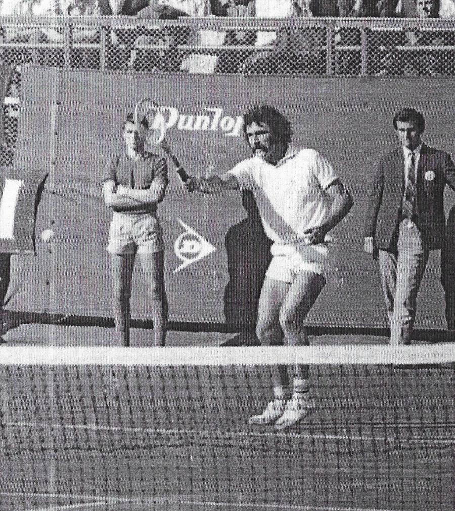 FOTO: Cristian Tudor Popescu, în spate, la meciul lui Ion Țiriac
