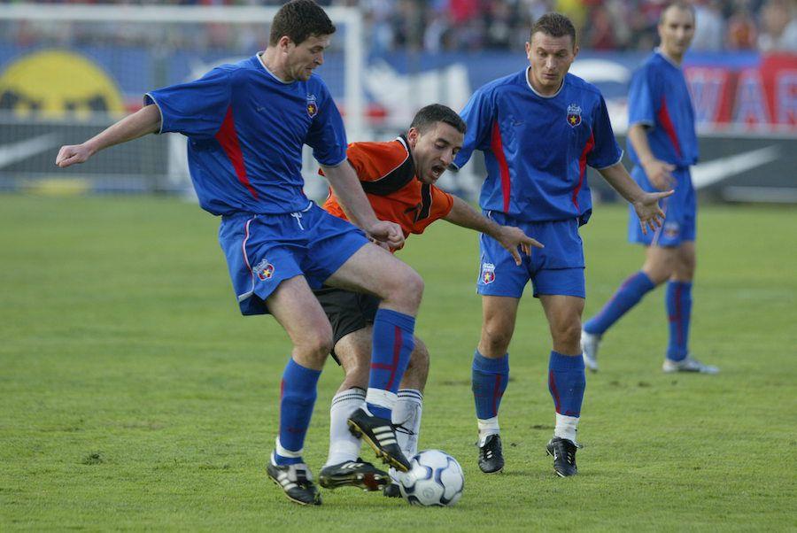 Tiberiu Șerban, încolțit de Oprița și Pompiliu Stoica, pe vremea când juca împotriva Stelei