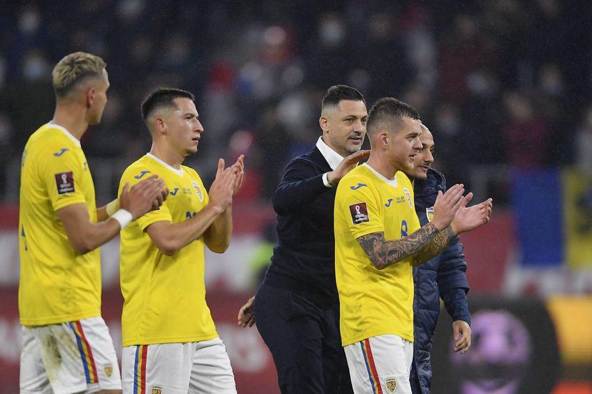 Mirel Rădoi, alături de fotbaliștii naționalei României Foto: Imago