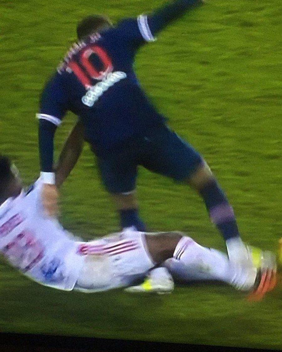 """PSG - Lyon 0-1 » Neymar ar putea avea ruptură de ligamente! Tatăl protestează: """"Până când victima va fi cea vinovată?"""""""