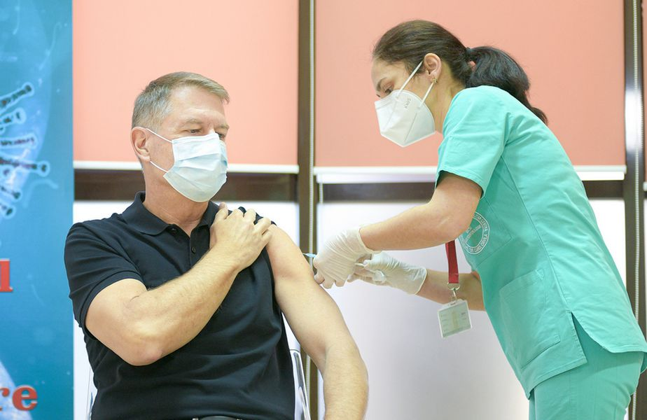 Președintele Klaus Iohannis (61 de ani) a fost vaccinat împotriva Covid-19, astăzi, la Spitalul Militar din București. Momentul a marcat startul celei de-a doua etape de vaccinare, dedicată persoanelor cu grad ridicat de risc.