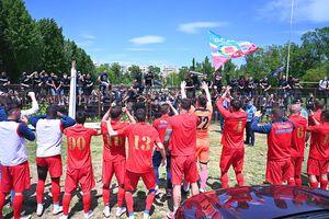 Jucătorii Stelei au sărbătorit victoria cu fanii! Suporterii n-au uitat de FCSB și l-au înjurat pe Becali