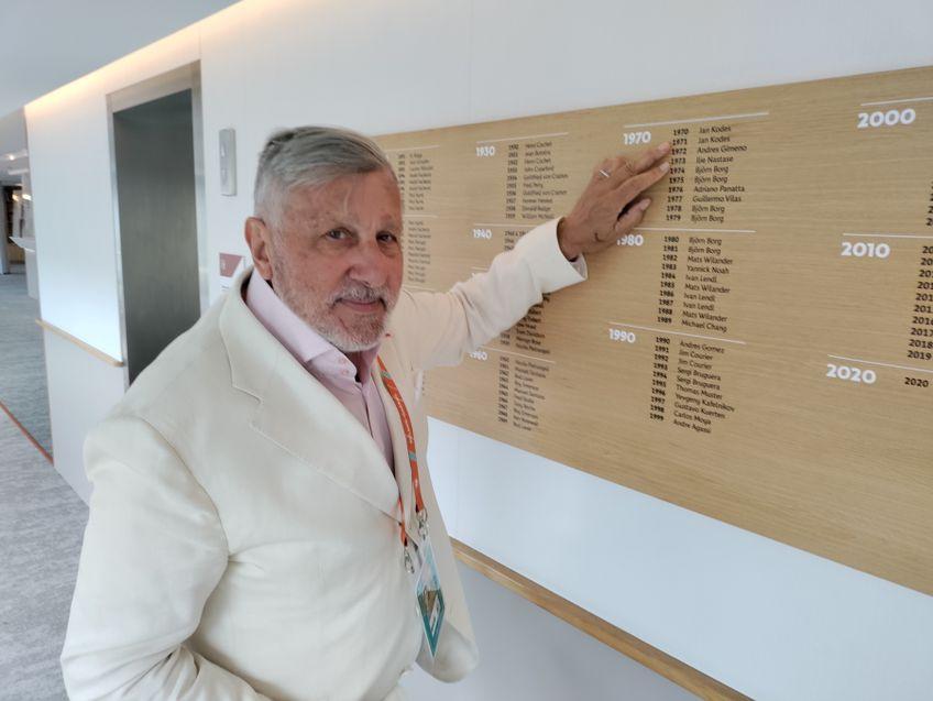 Ilie Năstase arată spre numele său înscris pe panoul campionilor de la Roland Garros, în dreptul anului 1973 FOTO Cristian Geambașu
