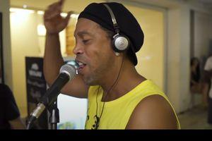 """""""Dințos"""" la microfon » Ronaldinho și-a lansat primul videoclip din noua aventură în industria muzicală"""