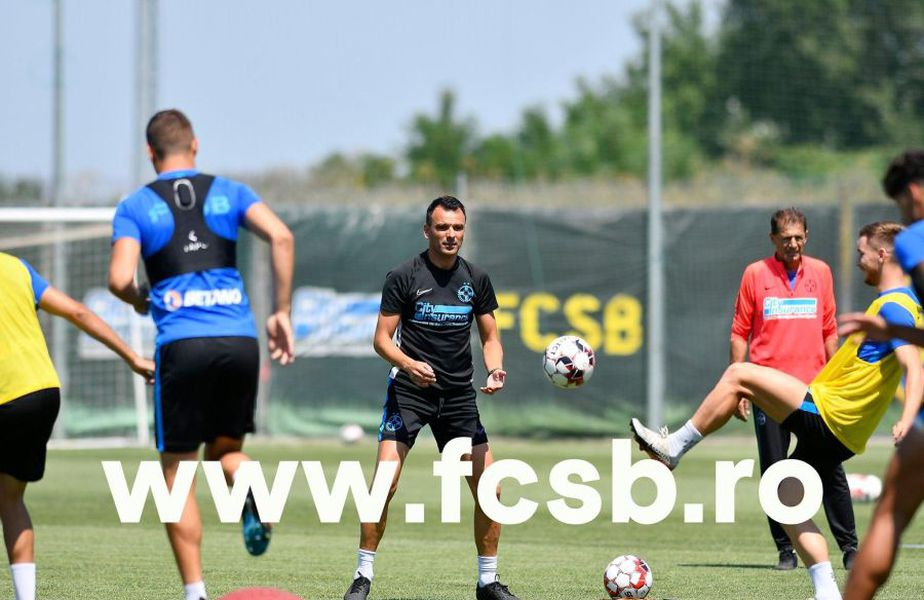 Toni Petrea (negru) a condus primul său antrenament la FCSB // foto: fcsb.ro