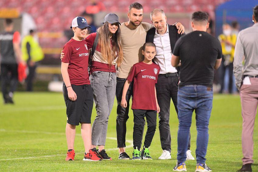 Alexandru Iordănescu (în centru), alături de familia fratelui său, Edward, când acesta din urmă a câștigat titlul cu CFR Cluj // foto: Raed Krishan