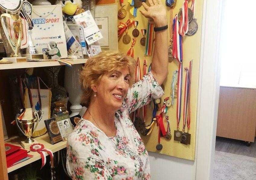 Carmen Bunaciu lângă spațiul cu trofee, ținând în palmă bronzul mondial de la Guayaquil FOTO Luminița Paul