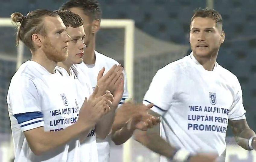 Jucătorii lui FC U Craiova 1948 au intrat pe teren astăzi, la meciul cu Gloria Buzău, cu un mesaj pentru patronul Adrian Mititelu, condamnat la 3 ani de închisoare.