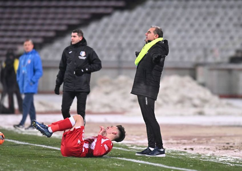 """Jerry Gane, antrenorul lui Dinamo, l-a înțepat din nou pe șeful roș-albilor, Pablo Cortacero, după eșecul """"câinilor"""" de pe teren propriu contra Chindiei, 0-1."""