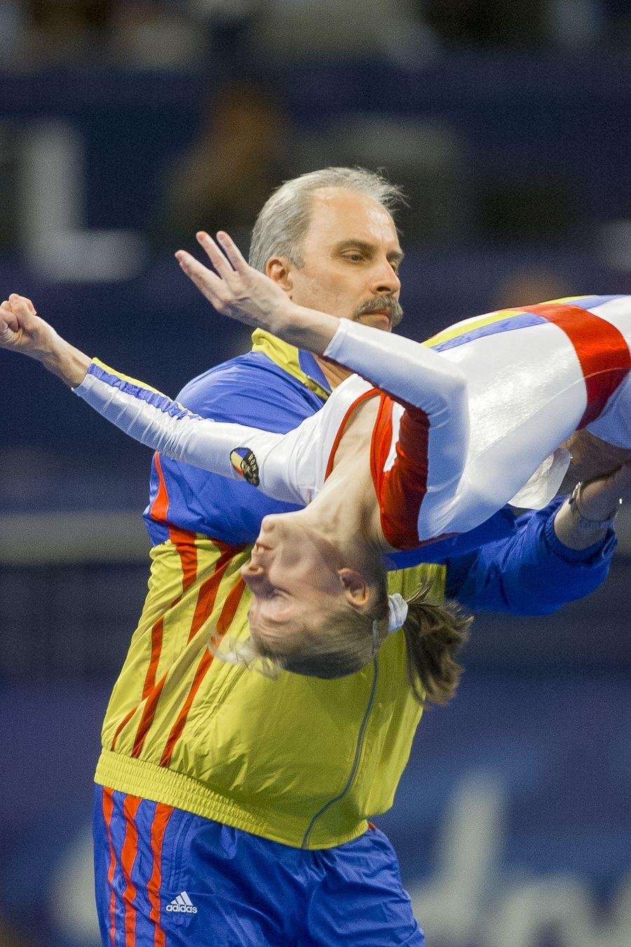 Octavian Bellu ajutând-o pe Simona Amânar la Jocurile Olimpice de la Sydney FOTO Arhivă GSP