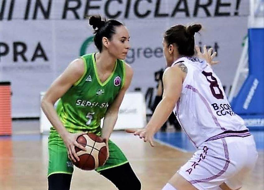 Jovana Pasic (stânga) în acțiune în meciul de azi Foto Miska Brigitta