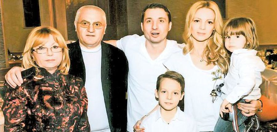 Dragomir, pe când avea 68 de ani, alături de soție, Vica, de fiul său, Bogdan, de nora sa, Delia, dar și de cei doi nepoți, Robin și Bogdan Jr.