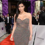 """Kim Kardashian a devenit celebră după un sextape cu fostul ei partener, rapperul Ray J. Pentru a fi publicat, rapperul i-a plătit membrei familiei Kardashian o mare sumă de bani. Atunci, Kim s-a hotărât să pornească showul """"Keeping up with the Kardashians""""."""