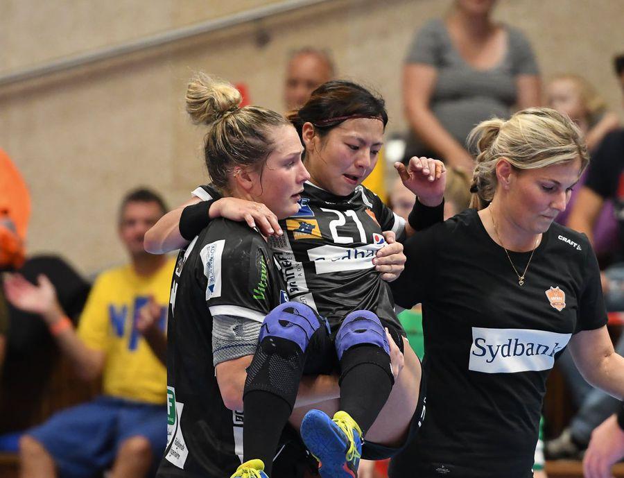 Momentul în care Ikehara este scoasă din teren FOTO Nykøbing F. Håndboldklub - NFH