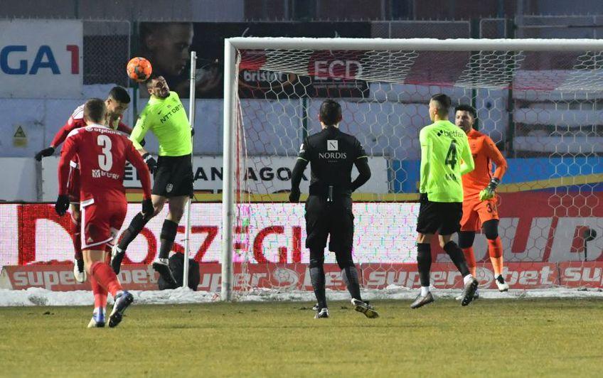 După Sepsi - CFR Cluj 0-1, Andrei Burcă (27 de ani, fundaș central) a tras un semnal de alarmă în privința jocului modest practicat de campioană în prima repriză.