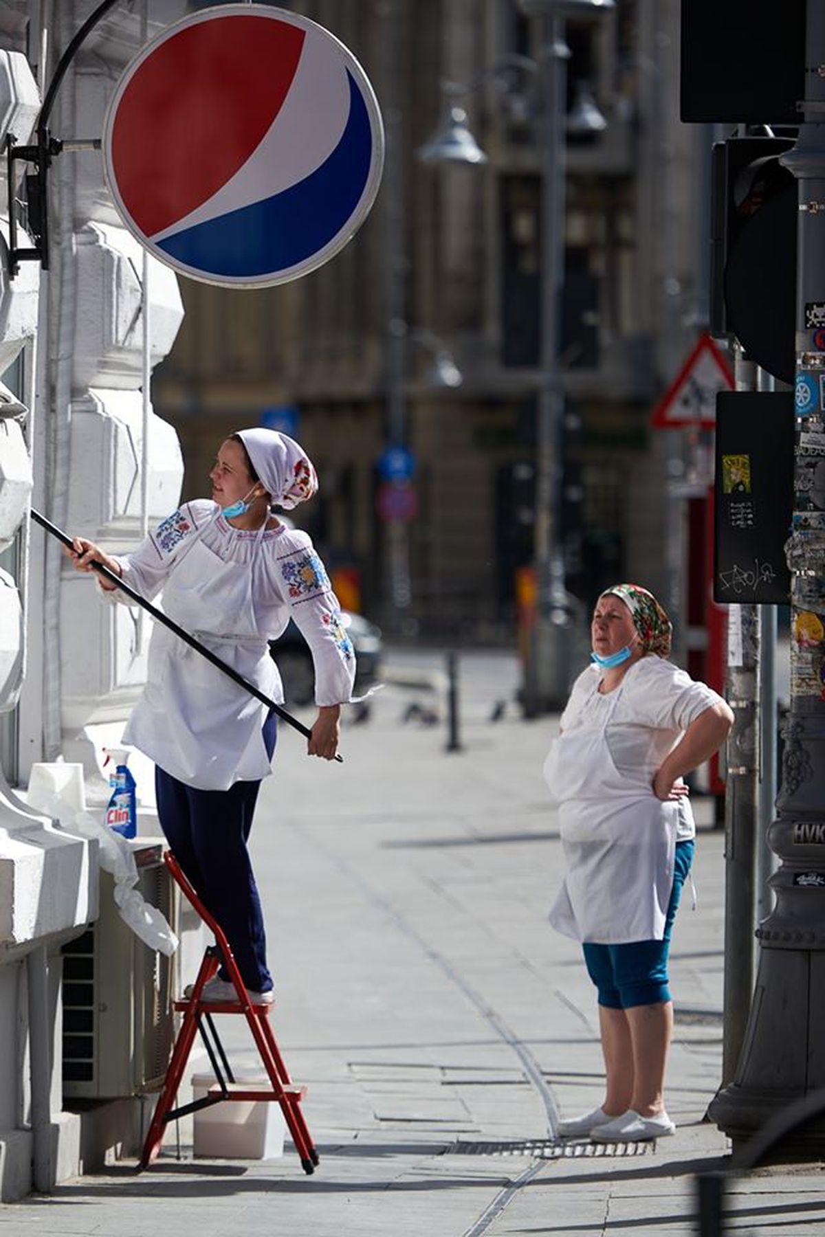 Imagine fabuloasă! Președintele surprins la cumpărături cu mască și în pantaloni scurți