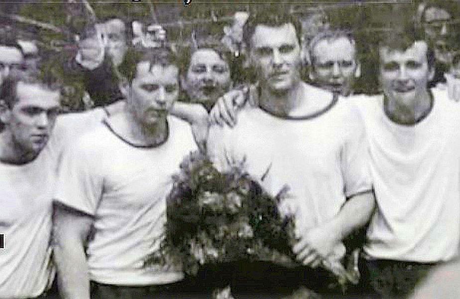 Hansi, în centru, cu flori, după cîștigarea titlului național în Germania cu VfL Gummersbach