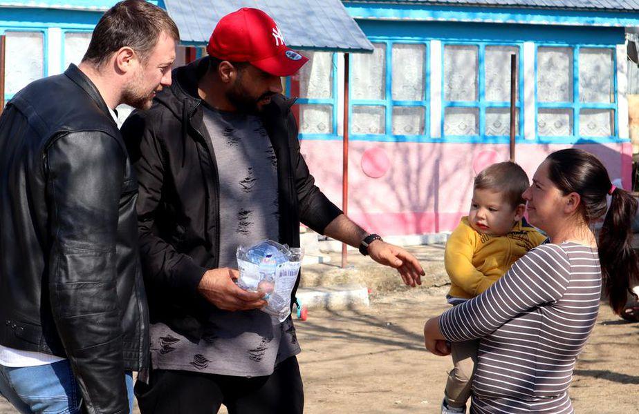 Handbaliștii lui Dinamo au ajutat oamenii din satul Drăgușeni