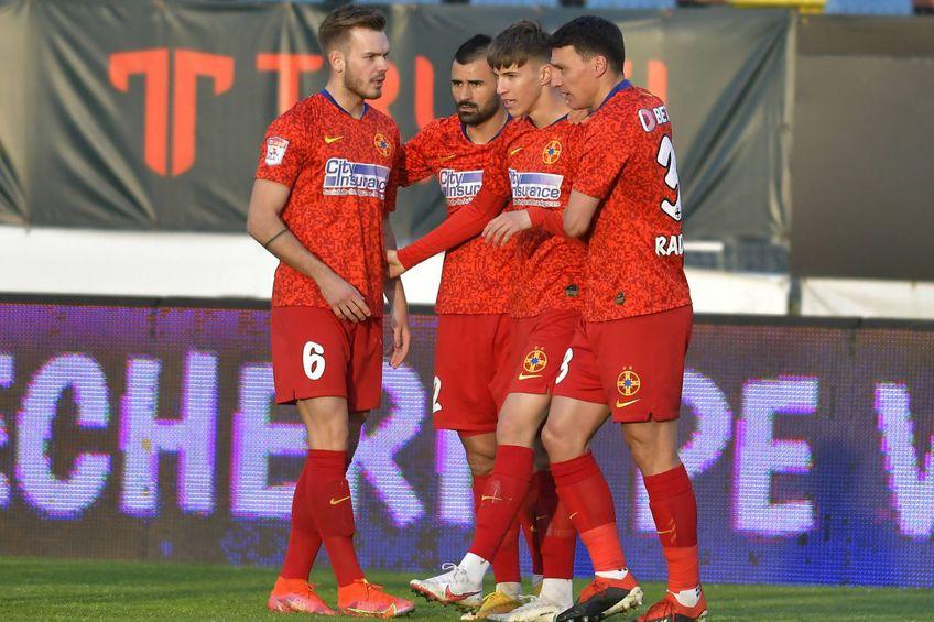 Risto Radunovic, FCSB (primul din dreapta) // foto: Imago
