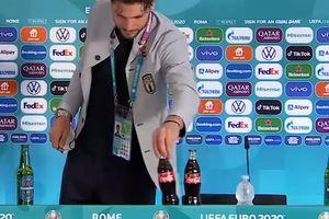 """Eroul Italiei l-a imitat pe Cristiano Ronaldo: sticlele de Coca-Cola, din nou """"victime"""" la EURO"""