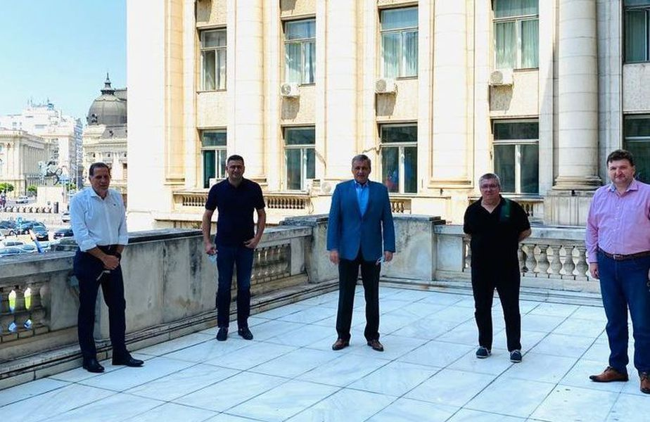 De la stânga la dreapta: doi reprezentanți spanioli ai lui Cortacero, primul fiind Rufo Collado, Dan Cristian Popescu, Marcel Vela, Cornel Țălnar și avocatul Dorin Serdean