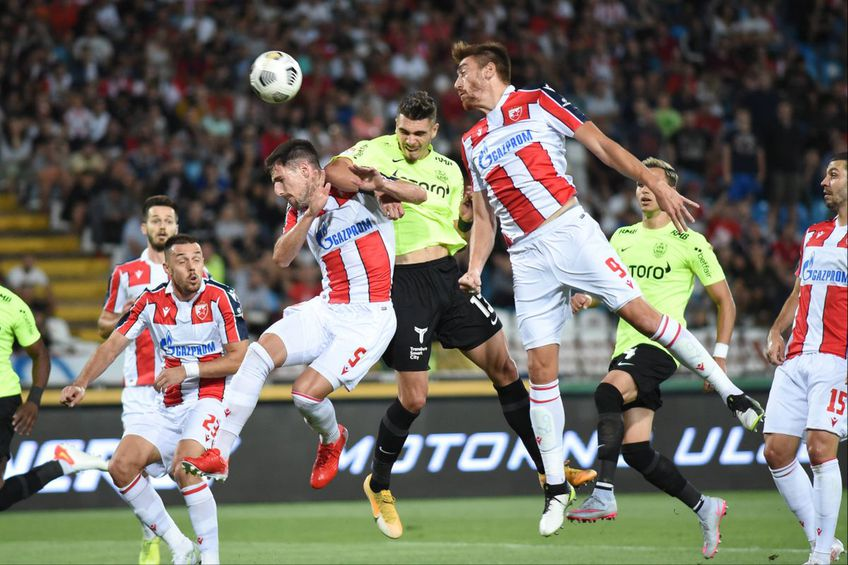 Denis Ciobotariu (centru, în duelul aerian), în Steaua Roșie Belgrad - CFR Cluj // foto: Imago