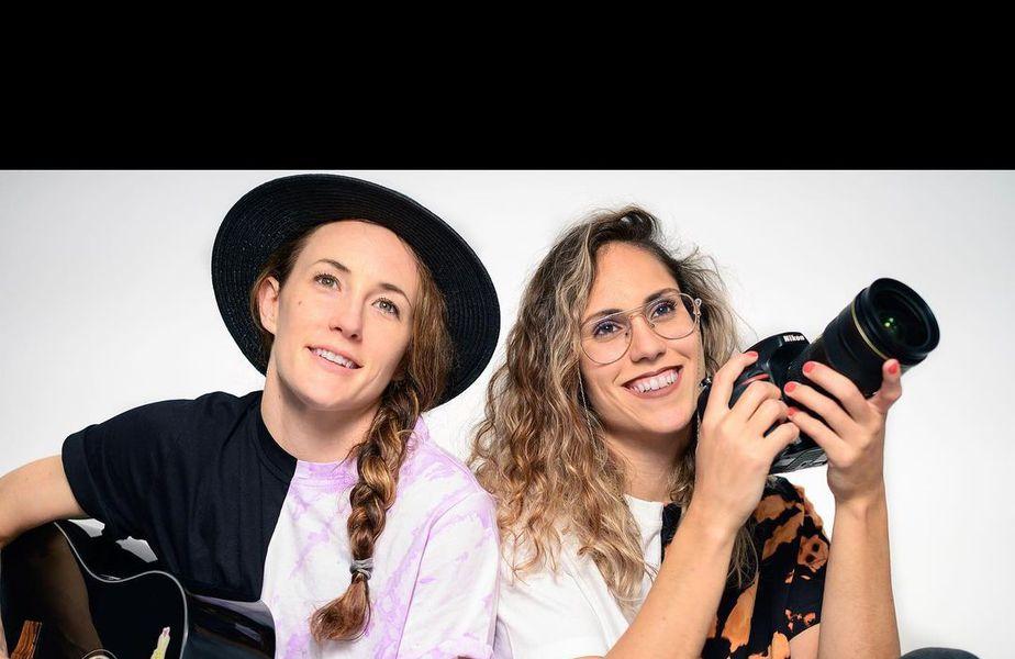 Kiki și Mireya, nedezlipite de chitară, respectiv aparatul foto