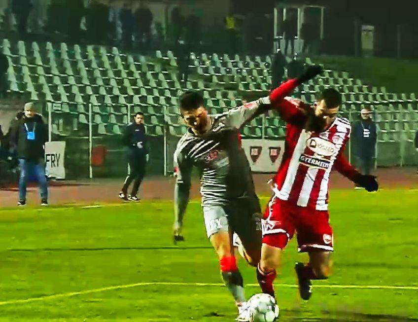 Primii s-au considerat nedreptățiți cei de la Sepsi. În minutul 8, la scorul de 0-0, au cerut lovitură de la 11 metri la duelul dintre grecul Panagiotis Deligiannidis și albanezul SimonRrumbullaku.