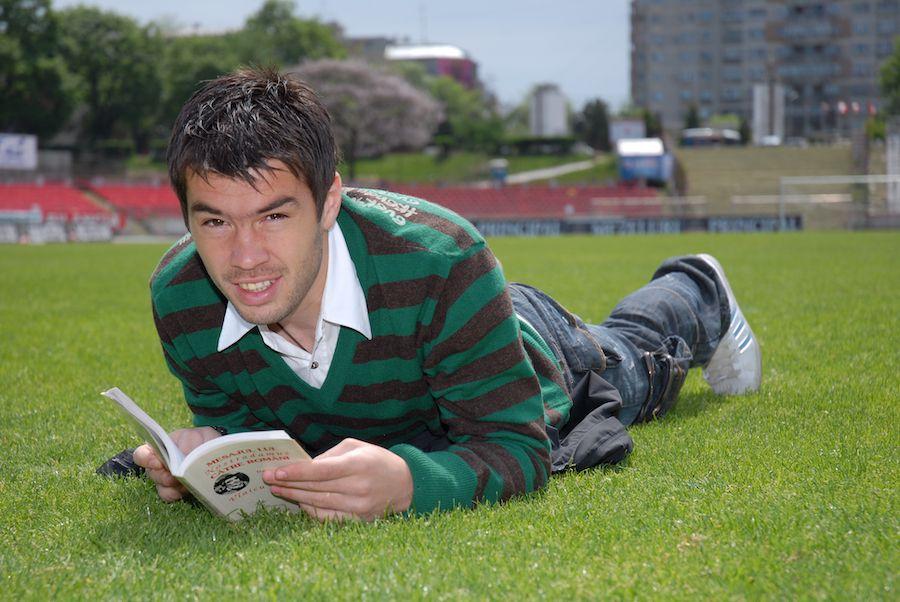 Un moment de liniște, pe iarba din Ștefan cel Mare, din vremurile bune la Dinamo
