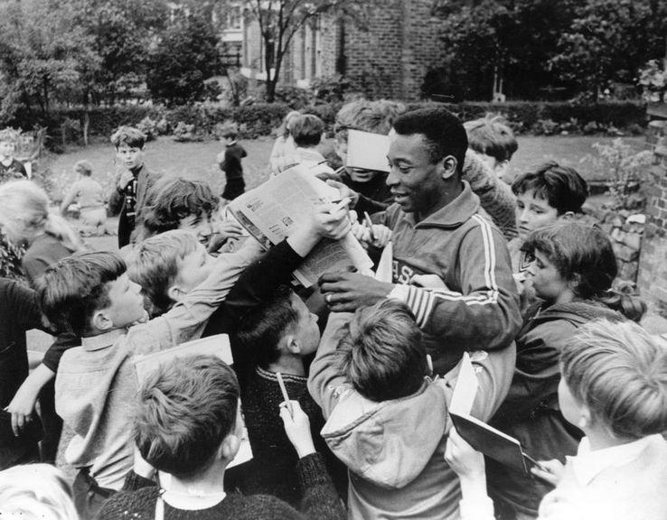 Inconjurat de zeci de copii dornici de un autograf