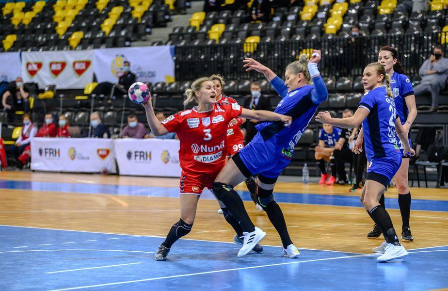 Iulia Curea (38 de ani) a condus-o astăzi pe CSM București, la victoria 27-22 cu rivala SCM Rm. Vâlcea.