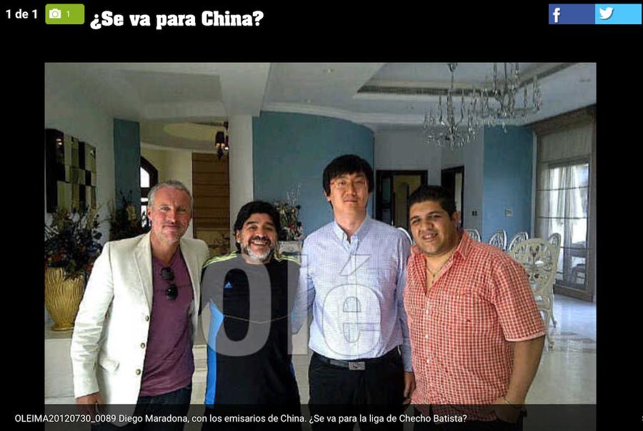 Eric Mao (al doilea din dreapta) și Diego Maradona, în casa din Dubai a legendarului fotbalist argentinian. Una din cele două poze publice cu fața aranjorului chinez de meciuri
