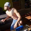 Robert Glință în echipamentul de înot, sprijinindu-se de canapeaua de acasă FOTO: Raed Krishan