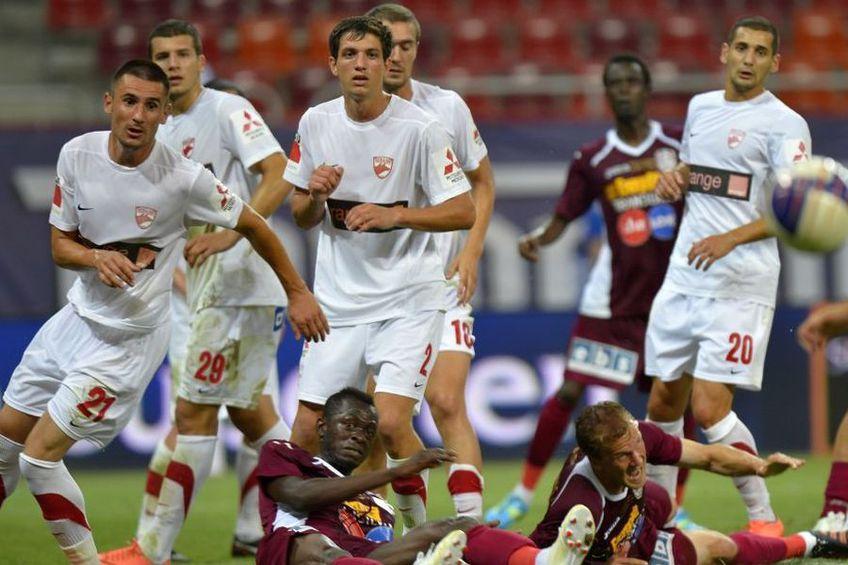 Constantin Nica (centru) la Dinamo, într-un meci cu CFR Cluj