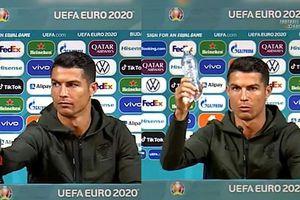UEFA ameninţă cu măsuri dure dacă jucătorii mai mută sticlele sponsorilor!